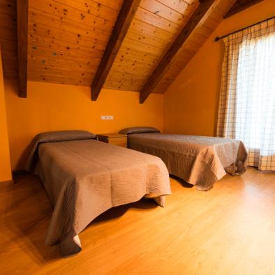 Brisa de Jaca - habitación con cama tres camas twin de 90
