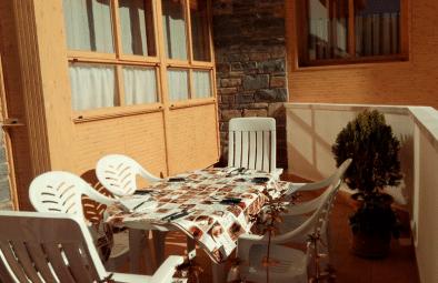 El Casar de Rapitán - mesa en la terraza