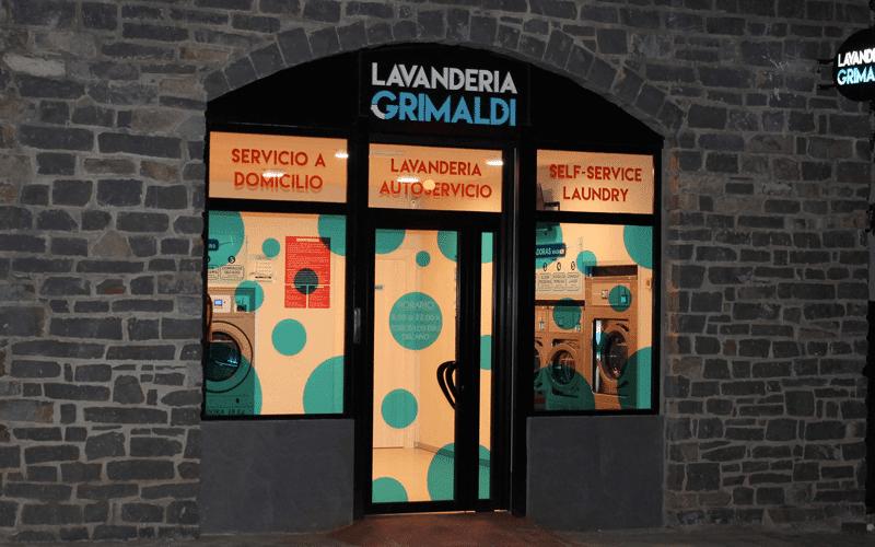 Fachada noche lavandería Grimaldi - Jaca Experiencia Rural